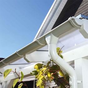 Skan Holz Metall Regenrinnen für Flachdach-Carports weiß